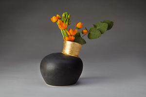 JO DAVIES - gilded speak vase in black - Vase À Fleurs