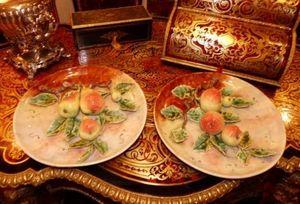 Art & Antiques - paire de plats en barbotine fruits - Assiette Décorative