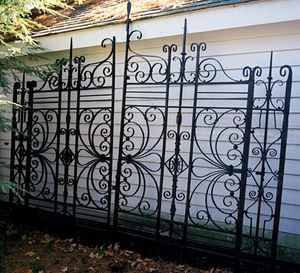 BARBARA ISRAEL GARDEN ANTIQUES - wrought-iron driveway gates - Grille