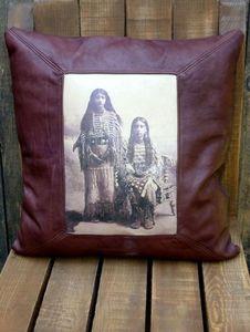 LA CABANE DE L'OURS - coussin cuir vintage kiowa beauties - Kissen Quadratisch